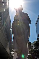 SAO PAULO, 05 DE JUNHO DE 2013 - LEI ARTISTA DE RUA - Artista de rua é visto na Avenida Paulista, na tarde desta quarta feira, 05, região central da capital. O Prefeito Fernando Haddad sancionou na segunda feira, 03, uma lei que regulamenta e autoriza a atividade de artistas de rua em locais públicos.. (FOTO: ALEXANDRE MOREIRA / BRAZIL PHOTO PRESS)