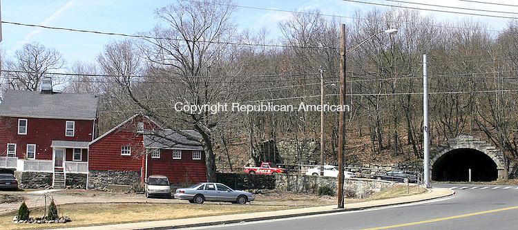 PROSPECT, CT- 30 MARCH 2007 - 033007JW03.jpg -- Red farmhouse on Manor Avenue. Jonathan Wilcox Republican-American