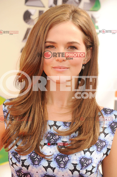 LOS ANGELES, CA - MARCH 31: Zoey Deutch arrives at the 2012 Nickelodeon Kids' Choice Awards at Galen Center on March 31, 2012 in Los Angeles, California.