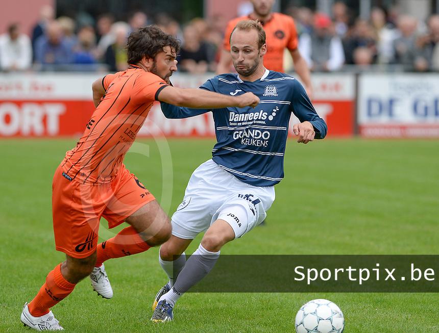 KVC Wingene - SKV Zwevezele : duel tussen Stijn Minne (links) en Christophe Pype (r)<br /> Foto David Catry | VDB | Bart Vandenbroucke