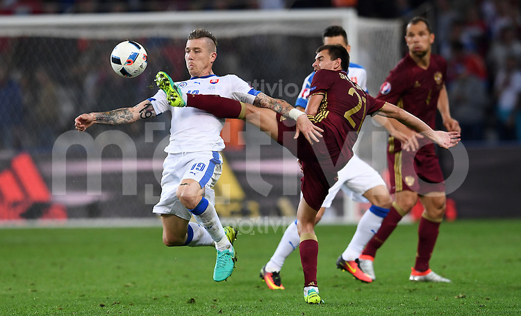 FUSSBALL EURO 2016 GRUPPE B IN LILLE Russland - Slowakei     15.06.2016 Juraj Kucka (li, Slowakei)  gegen Georgi Schennikov (re, Russland)