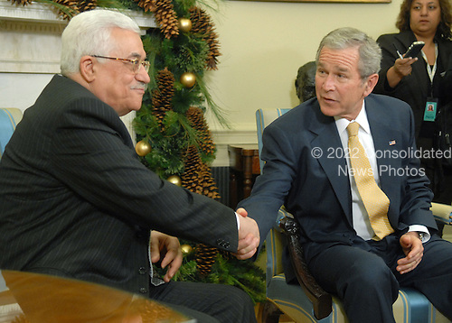 U.S. President George W. Bush (R) meets with the President of the Palestinian Authority Mahmoud Abbas in the Oval Office at The White House in Washington on November 26, 2007. (UPI Photo/Kevin Dietsch)