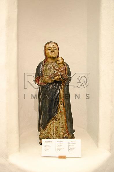 Nossa Senhora com menino Jesus, século XVII, barro cozido e policromado. Acervo do Museu de Arte Sacra de São Paulo, São Paulo - SP, 02/2013.