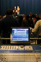 Contraste entre une console de mixage moderne et des chanteurs traditionnels