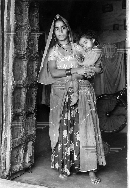 ©HNe/ Panos Pictures..Rajastan, India. Mother and child.