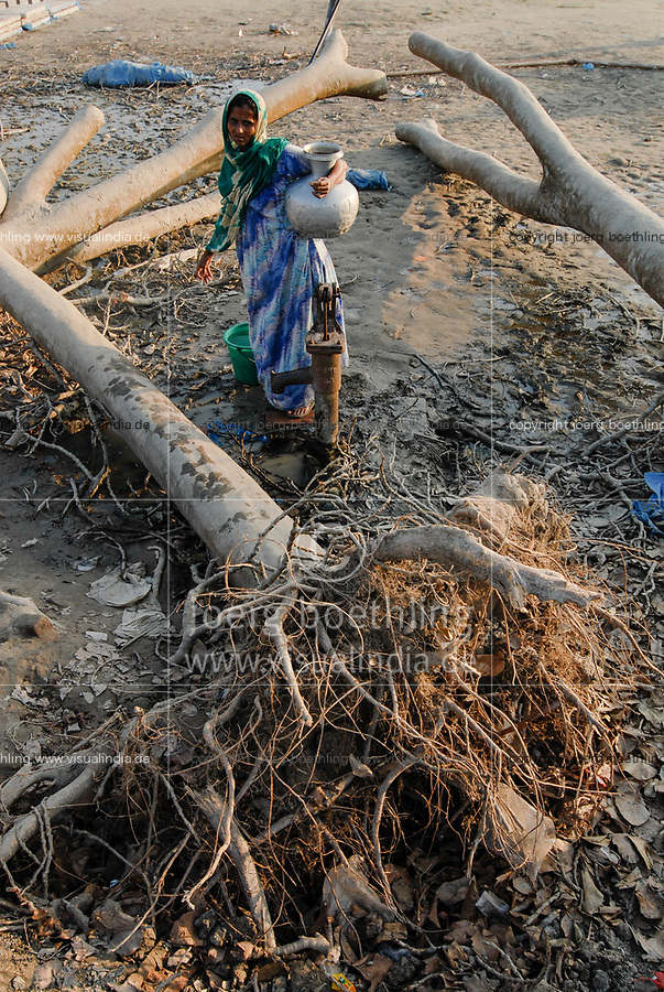 BANGLADESH, cyclone Sidr and high tide destroy villages in Southkhali in District Bagerhat , woman fetch water from well beside upooted trees / BANGLADESCH, der Wirbelsturm Zyklon Sidr und eine Sturmflut zerstoeren Doerfer im Kuestengebiet von Southkhali