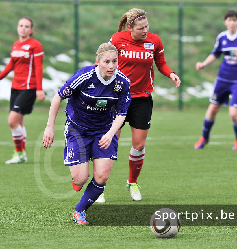 RSC Anderlecht Dames - PSV / FC Eindhoven : Jana Coryn in de spurt voor Marlou Peeters.foto David Catry / Vrouwenteam.be