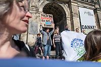 """Am Montag den 8. April 2019 trugen Schuelerinnen und Schueler der Bewegung """"#Fridays4Future"""" auf einer Pressekonferenz im Berliner Naturkundemuseum ihre Forderungen an die Politik vor.<br /> Im Bild: Vor dem Naturkundemuseum protestierten zeitgleich Schuelerinnen und Schueler.<br /> 8.4.2019, Berlin<br /> Copyright: Christian-Ditsch.de<br /> [Inhaltsveraendernde Manipulation des Fotos nur nach ausdruecklicher Genehmigung des Fotografen. Vereinbarungen ueber Abtretung von Persoenlichkeitsrechten/Model Release der abgebildeten Person/Personen liegen nicht vor. NO MODEL RELEASE! Nur fuer Redaktionelle Zwecke. Don't publish without copyright Christian-Ditsch.de, Veroeffentlichung nur mit Fotografennennung, sowie gegen Honorar, MwSt. und Beleg. Konto: I N G - D i B a, IBAN DE58500105175400192269, BIC INGDDEFFXXX, Kontakt: post@christian-ditsch.de<br /> Bei der Bearbeitung der Dateiinformationen darf die Urheberkennzeichnung in den EXIF- und  IPTC-Daten nicht entfernt werden, diese sind in digitalen Medien nach §95c UrhG rechtlich geschuetzt. Der Urhebervermerk wird gemaess §13 UrhG verlangt.]"""