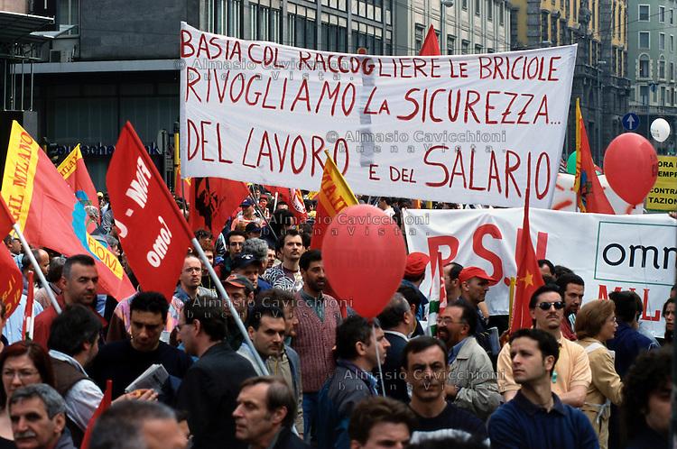 18 MAG 2001  Milano: sciopero degli operai e impiegati metalmeccanici per il rinnovo del contratto..MAY 18 2001 Milan: blue and white collar metalworkers' strike for the renewal of the contract.