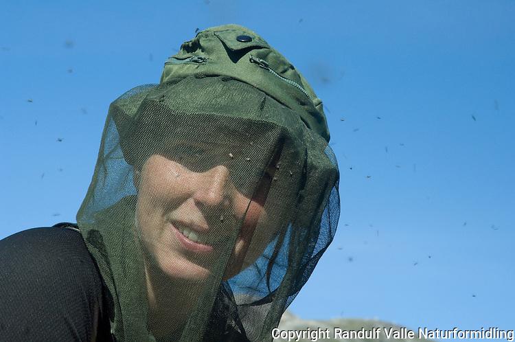 Jente med mygghatt, omsvermet av mygg og fluer ---- Girl with mosquito net