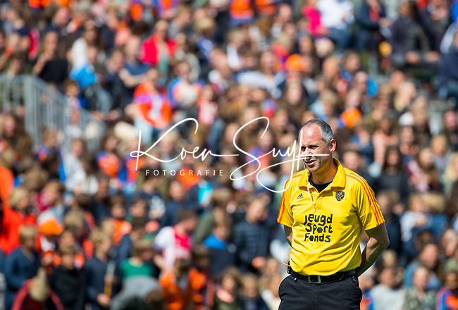 BLOEMENDAAL  -  Scheidsrechter Roel van Eert   tijdens  de play offs heren hoofdklasse Bloemendaal-Kampong (0-2) . Kampong plaatst zich voor de finale.  COPYRIGHT KOEN SUYK