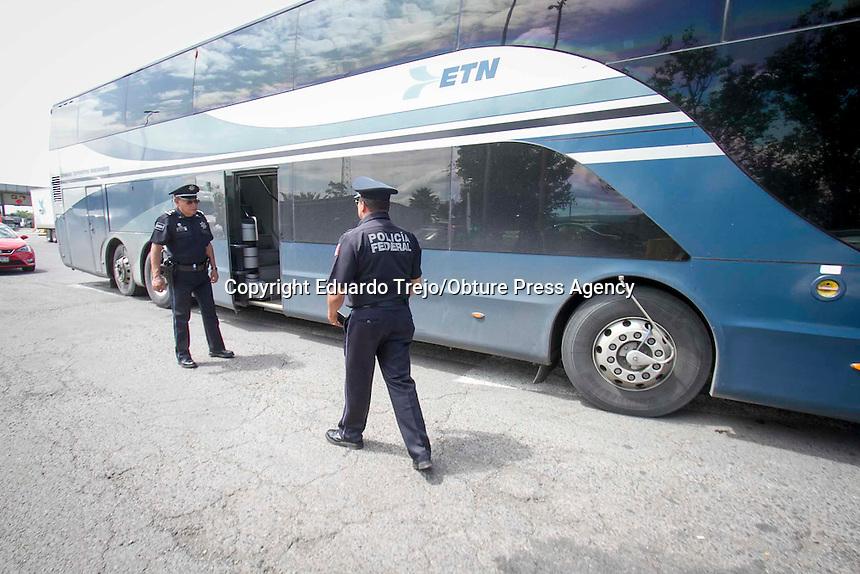 San Juan del R&iacute;o, Qro. 23 julio 2016.- Elementos de la Polic&iacute;a Federal realizan revisiones aleatorias al transporte de pasajeros en la caseta de cobro de Palmillas en Quer&eacute;taro.<br /> Supervisan el interior del autobus por seguridad de los pasajeros y el conductor.