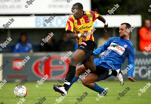2010-06-20 / Voetbal / seizoen 2010-2011 / KFC Katelijne - KV Mechelen / Ricardo Smits probeert Joachim Mununga (KVM) af te stoppen..Foto: mpics