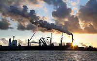 Nederland Amsterdam  2017.  Noordzeekanaal.  De haven van Amsterdam. Rechts de kolencentrale van Nuon aan de Hemweg. Foto Berlinda van Dam / Hollandse Hoogte