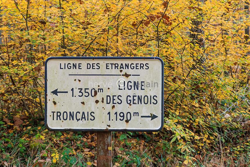 France, Allier (03), forêt de Tronçais, Saint-Bonnet-Tronçais, signalétique en forêt // France, Allier, Tronçais forest, Saint Bonnet Troncais, signage