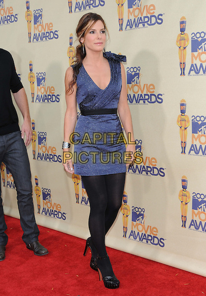 SANDRA BULLOCK .The 2009 MTV Movie Awards held at Universal Ampitheatre  in Universal City, California, USA..May 31st, 2009 .full length black dress tights shoes blue belt sleeveless.CAP/DVS.©Debbie VanStory/Capital Pictures.