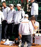 10-07-11, Tennis, South-Afrika, Potchefstroom, Daviscup South-Afrika vs Netherlands,  Verslagenheid in het Nederlandse kamp, Robin Haase verbergt zijn gezicht, Captain Jan Siemerink spreekt hem toe en collega's Igor Sijsling, Thiemo de bakker en Thomas Schoorel (v.r.n.l.) kijken teleurgesteld