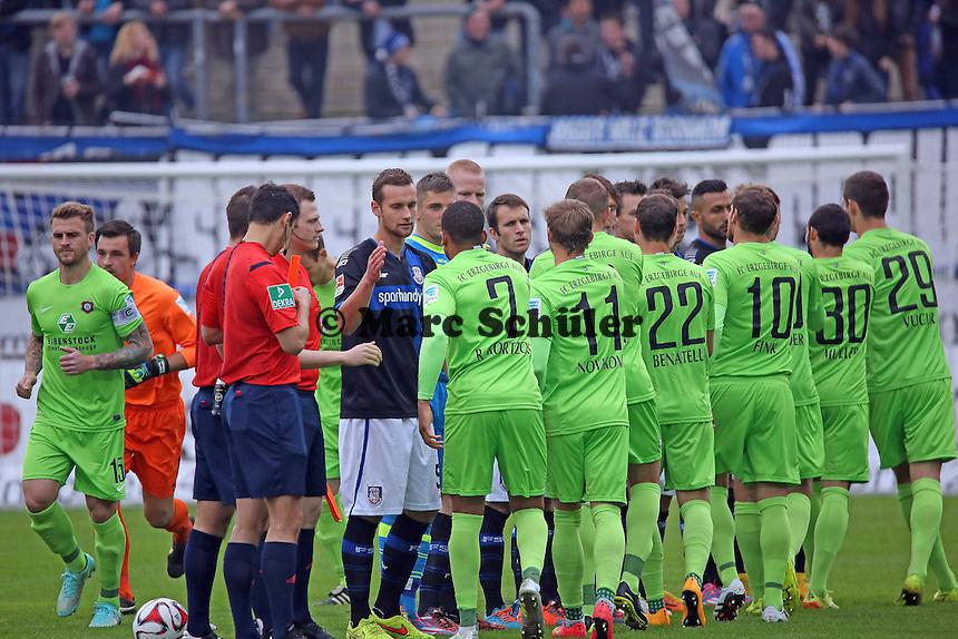 Mannschaften begrüßen sich - FSV Frankfurt vs. FC Erzgebirge Aue, Frankfurter Volksbank Stadion