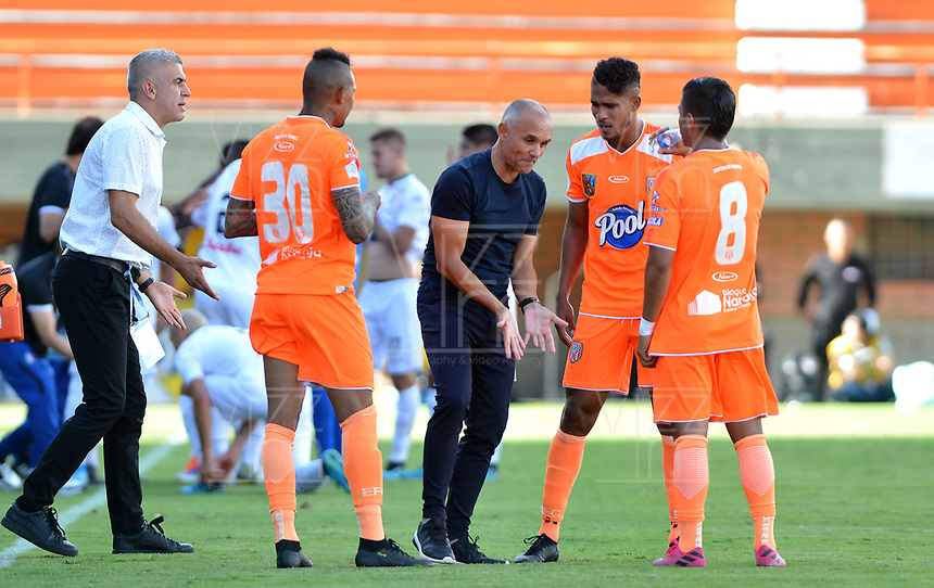ENVIGADO-COLOMBIA, 01-10-2019: José Arastey, técnico de Envigado F. C., da instrucciones a los jugadores de Envigado, durante partido entre Envigado F. C. y Once Caldas de la fecha 14 por la Liga Águila II 2019, en el estadio Polideportivo Sur de la ciudad de Envigado. / Jose Arastey, coach of Envigado F. C., gives instructions to the players of Envigado, during a match between Envigado F. C., and Once Caldas of the 14th date  for the Aguila Leguaje II 2019 at the Polideportivo Sur stadium in Envigado city. Photo: VizzorImage / León Monsalve / Cont.