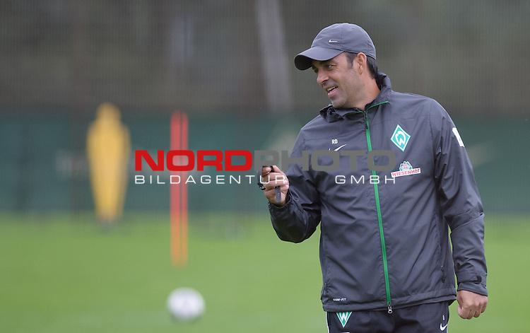 24.09.2013, Trainingsgelaende, Bremen, GER, 1.FBL, Training Werder Bremen, im Bild Robin Dutt (Trainer Werder Bremen)<br /> <br /> Foto &copy; nph / Frisch