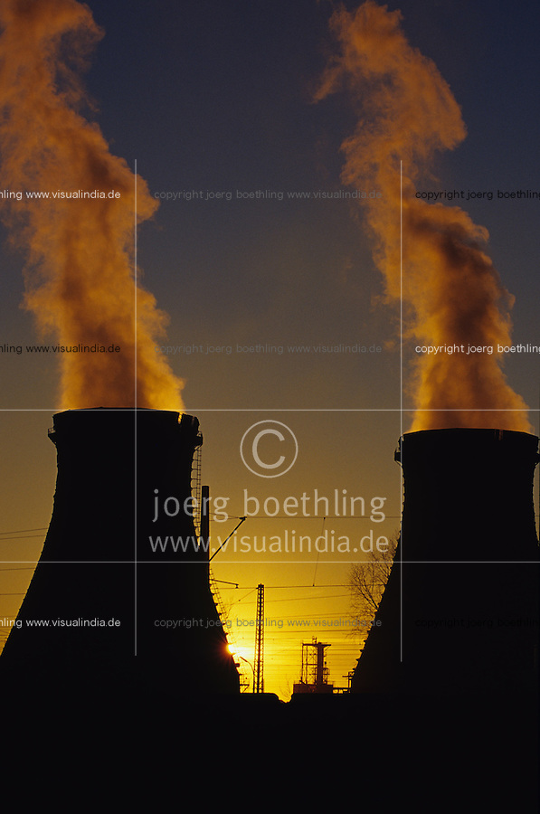 GERMANY, Hamburg, Shell oil refinery, smoking chimneys / DEUTSCHLAND, Shell Raffinerie im Hamburger Hafen