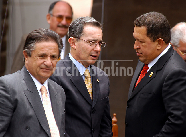 El presidente de Venezuela Hugo Chavez conversa con su par colombiano Alvaro uribe mientras el titular del Mercousr Eduardo Duhalde camina cerca de ellos durante la inauguracion de la Cumbre Sudamericana en el Templo de Koricancha en Cuzco. +economia, comercio *Venezuelan President Hugo Chavez, right, speaks with his Colombian counterpart Alvaro Uribe while Mercousr President eduardo Duahlde walks near them during the inauguration of the South American Summit in the Temple of Koricancha in Cuzco. +economy, trade *Le Président du Vénézuela, Hugo Chavez, discute avec son homologue colombien, Alvaro Uribe, pendant que le Président du Mercosur, Eduardo Duhalde, marche près d'eux. Ouverture du Sommet Sud-Américain au Temple de Koricancha à Cuzco. +politique, personnalité ..