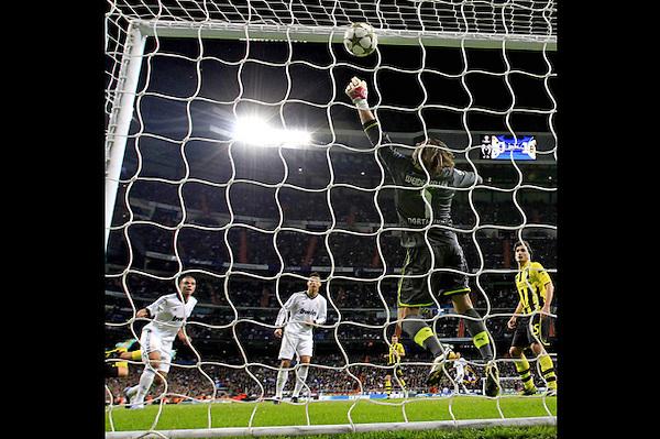 GRA372. MADRID (ESPAÑA) 06/11/2012.- El defensa portugués del Real Madrid, Pepe (i), consigue el primer gol madridista durante el encuentro, correspondiente a la cuarta jornada de la fase de grupos de la Liga de Campeones, que el equipo blanco disputa esta noche frente al Borussia Dormunt en el estadio Santiago Bernabéu, en Madrid. EFE/ Juanjo Martin.