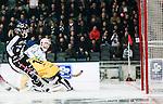 Stockholm 2015-03-14 Bandy SM-final herrar Sandvikens AIK - V&auml;ster&aring;s SK :  <br /> V&auml;ster&aring;s Jonas Nilsson g&ouml;r 5-2 bakom Sandvikens m&aring;lvakt Abbe Bodin under matchen mellan Sandvikens AIK och V&auml;ster&aring;s SK <br /> (Foto: Kenta J&ouml;nsson) Nyckelord:  SM SM-final final Bandyfinal Bandyfinalen herr herrar VSK V&auml;ster&aring;s SAIK Sandviken