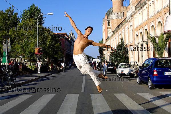 2001,  58esima Mostra Internazionale  d'Arte Cinematografica di Venezia, 58th Venice International Film Festival, Roberto Bolle danza davanti all'Hotel Excelsior, Roberto Bolle dancing in front of Excelsior Hotel