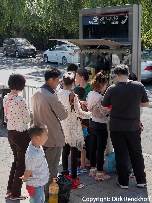 Telefon an der Fuxingmen Dajie, Peking, China, Asien<br /> teleephone booth at Fuxingmen Dajie, Beijing, China, Asia
