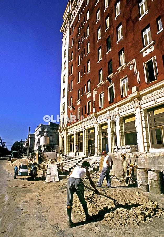Trabalho na contrução civil em Havana. Cuba. 1984. Foto de Juca Martins.