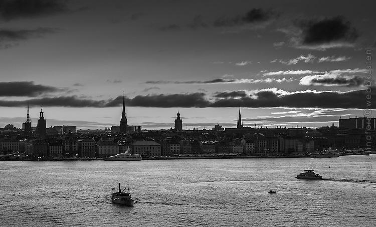 Siluett av Gamla stan med Skeppsbron i Stockholm i svartvitt.