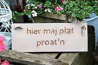 Bordje bij een huis in Elburg met de tekst; hier maj plat proat'n