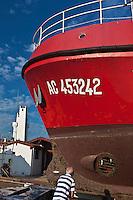 Europe/France/Aquitaine/64/Pyrénées-Atlantiques/Pays-Basque/Ciboure:  Bateau de pêche en carénage au Chantier Naval  et le phare du port,classé monument historique, construit par André Pavlovsky