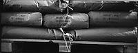 Europe/France/Languedoc-Roussillon/11/Aude/Castelnaudary: Stockage en sac des haricots lingots dans une entreprise de graines