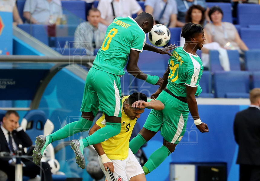 SAMARA - RUSIA, 28-06-2018: Cheikhou KOUYATE (Izq) y Keita BALDE (Der) jugadores de Senegal disputan el balón con Radamel FALCAO (C) jugador de Colombia durante partido de la primera fase, Grupo H, por la Copa Mundial de la FIFA Rusia 2018 jugado en el estadio Samara Arena en Samara, Rusia. /  Cheikhou KOUYATE (L) and Keita BALDE (R) players of Senegal fight the ball with Radamel FALCAO (C) player of Colombia during match of the first phase, Group H, for the FIFA World Cup Russia 2018 played at Samara Arena stadium in Samara, Russia. Photo: VizzorImage / Julian Medina / Cont