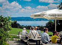 Deutschland, Bayern, Starnberger See, bei Tutzing: Biergarten auf der Ilkahoehe | Germany, Bavaria, Lake Starnberg, near Tutzing: beer garden at Ilka Heights
