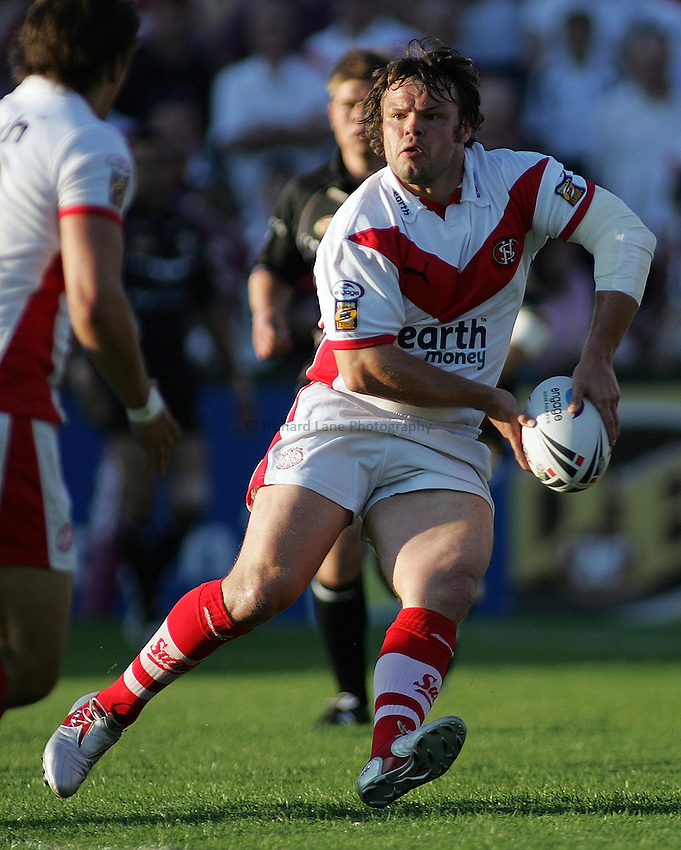 Photo: Paul Thomas..St Helens v Hull RL. Engage Super League. 08/06/2006..Keiron Cunningham of St Helen's looks for the pass.