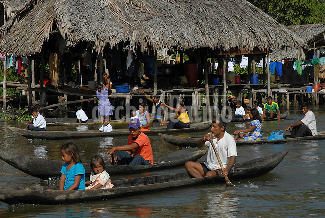 Indios warao en  Boca de Tigre  en el Delta Amacuro, Venezuela, que viven en palafitos sobre las aguas del delta del Rio Orinoco...Warao indians in Boca del Tigre, Delta Amacuro. This indigenous group live in floating houses in the waters of the Orinoco delta.