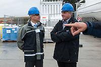 Erkundungsbohrung der Bayerngas GmbH im brandenburgischen Reudnitz.<br /> Die Bayerngas GmbH vermutet hier ein Erdgasvorkommen von bis zu 10 Milliarden Kubikmetern. Die Erkundungsbohrung soll bis zum Oktober 2014 laufen.<br /> Der Brandenburgische Wirtschaftsminister Ralf Christoffers, rechts im Bild, (Linkspartei) besuchte am Dienstag den 26.8.2014 die Bohrstelle. Links, Guenter Bauer, Geschaeftsfuehrer den Bayerngas GmbH.<br /> 26.8.2014, Reudnitz/Brandenburg<br /> Copyright: Christian-Ditsch.de<br /> [Inhaltsveraendernde Manipulation des Fotos nur nach ausdruecklicher Genehmigung des Fotografen. Vereinbarungen ueber Abtretung von Persoenlichkeitsrechten/Model Release der abgebildeten Person/Personen liegen nicht vor. NO MODEL RELEASE! Don't publish without copyright Christian-Ditsch.de, Veroeffentlichung nur mit Fotografennennung, sowie gegen Honorar, MwSt. und Beleg. Konto: I N G - D i B a, IBAN DE58500105175400192269, BIC INGDDEFFXXX, Kontakt: post@christian-ditsch.de<br /> Urhebervermerk wird gemaess Paragraph 13 UHG verlangt.]