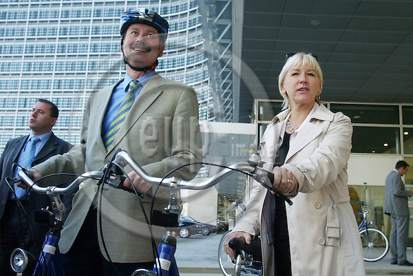 BRUSSELS - BELGIUM - 19 SEPTEMBER 2005 --Margot WALLSTROM (Wallstr?m, Wallstroem) Vice-President of the EC in charge of Institutional Relations and Communication Strategy and Siim KALLAS, Vice-President of the EC in charge of Administrative Affairs, Audit and Anti-Fraud, in a guided tour by bicycle organised in the framework of mobility week.   PHOTO: ERIK LUNTANG / EUP-IMAGES..