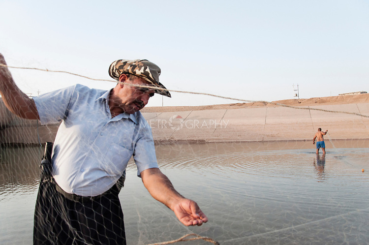 19/07/14  Iraq -- Daquq, Iraq -- Peshmerga fighters on the Rokhana river fish with nets, close to the peshmerga base in Daquq.