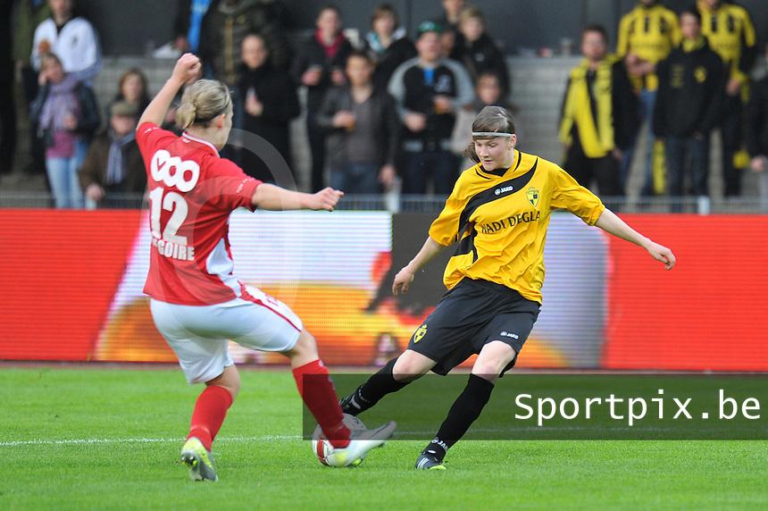 Bekerfinale 2012 : WD Lierse SK - Standard Femina :.Elke Van Gorp aan de bal voor Julie Gregoire.foto David Catry / Joke Vuylsteke / Vrouwenteam.be