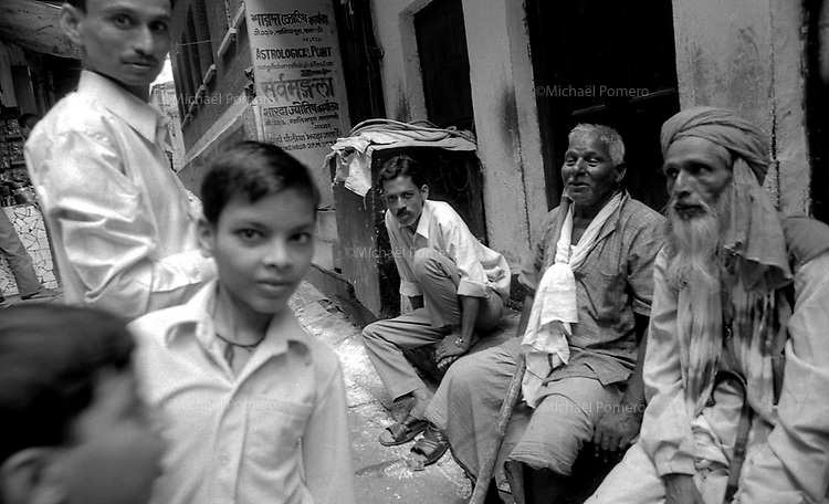 09.2006 Varanasi (Uttar Pradesh)<br /> <br /> In the street.<br /> <br /> Dans la rue.