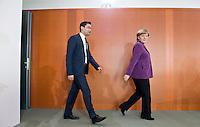 Berlin, Bundeswirtschaftsminister und Vizekanzler Philipp Rösler (FDP) und Bundeskanzlerin Angela Merkel (CDU) kommen am Mittwoch (24.04.13) zur Sitzung des Bundeskabinetts im Kanzleramt.