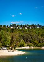Frankreich, Bourgogne-Franche-Comté, Département Jura, bei Charchilla: der Lac de Vouglans, ein Stausee des Flusses Ain, Plage de la Mercantine | France, Bourgogne-Franche-Comté, Département Jura, near Charchilla: lake Lac de Vouglans, a barrier lake of river Ain, beach Plage de la Mercantine