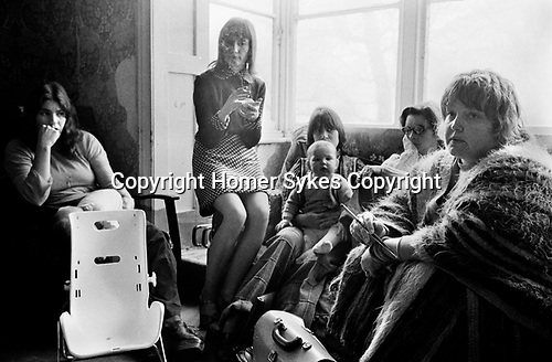 Erin Pizzey,  Chiswick Women's Aid,  Richmond London Uk 1975. Morning house meeting.