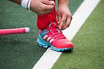 UTRECHT -  veters strikken van de hockeyschoenen  voor  de hockey hoofdklasse competitiewedstrijd dames:  Kampong-Laren . COPYRIGHT KOEN SUYK