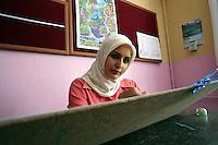TURCHIA Dogubayazit Kurdistan turco   Corso di fotografia organizzato  Corso di disegno.. ragazza velata disegna