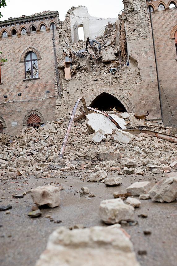 Poggio Renatico (FE) - 20 maggio 2012. La torre del palazzo comunale crollata nella notte a seguito della scossa del 6° della scala Richter.